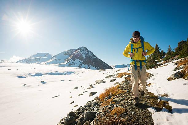 wandern im herbst - gute winterjacken stock-fotos und bilder