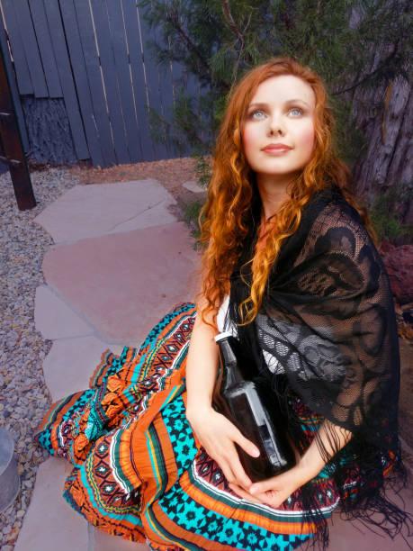 herbst mädchen - hippie kostüm damen stock-fotos und bilder
