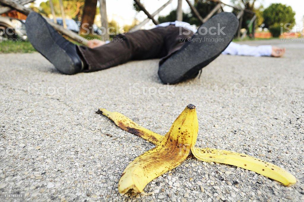 Fallen auf eine Bananenschale – Foto
