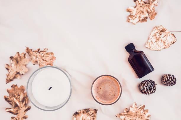herbst wellness beauty produkte flatlay auf weiß - herbst kerzen stock-fotos und bilder
