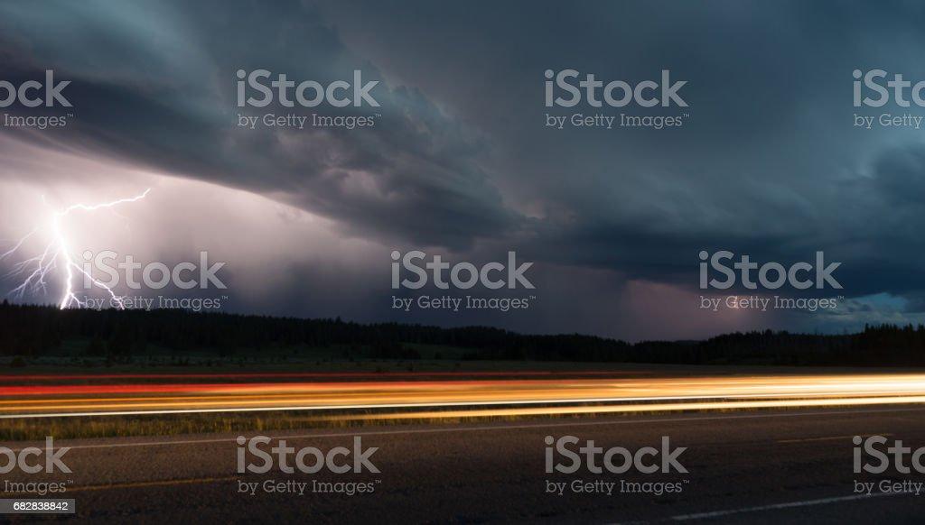 Herbst Gewitter späten Nacht Yellowstone Park Road Blitzeinschlag Lizenzfreies stock-foto