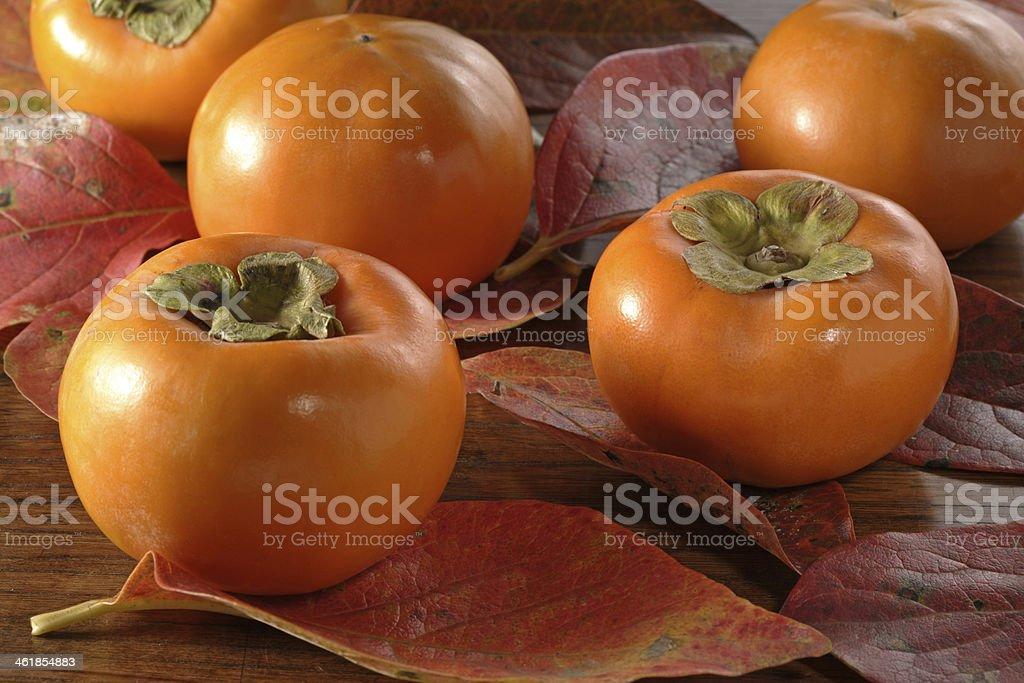 fallen leaves y persimón - Foto de stock de Alimento libre de derechos
