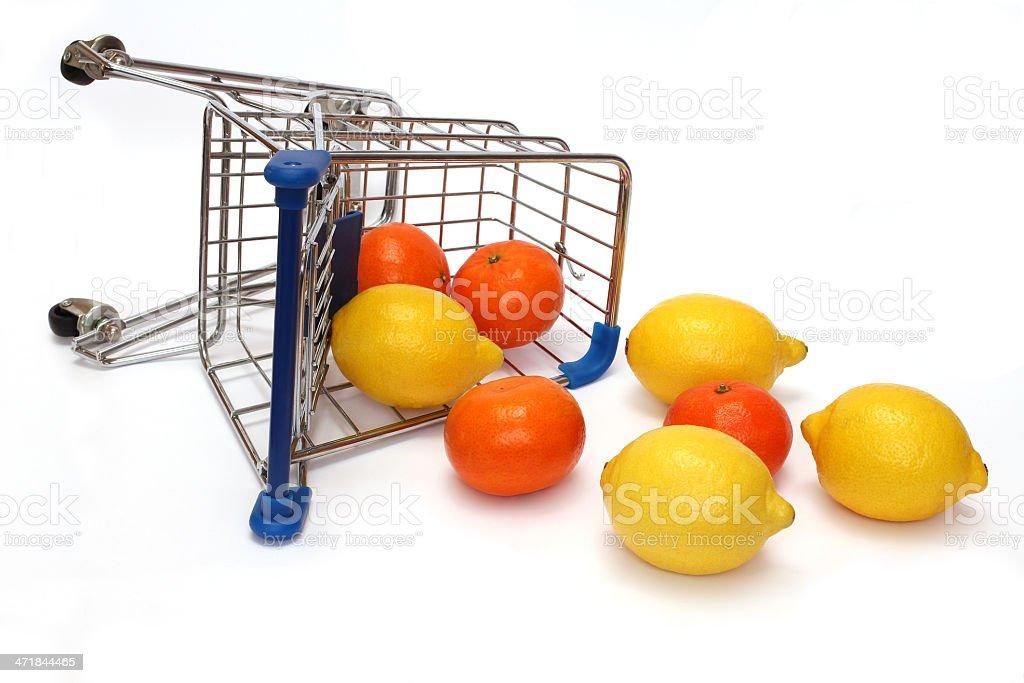 umgefallener einkaufswagen mit obst stock photo