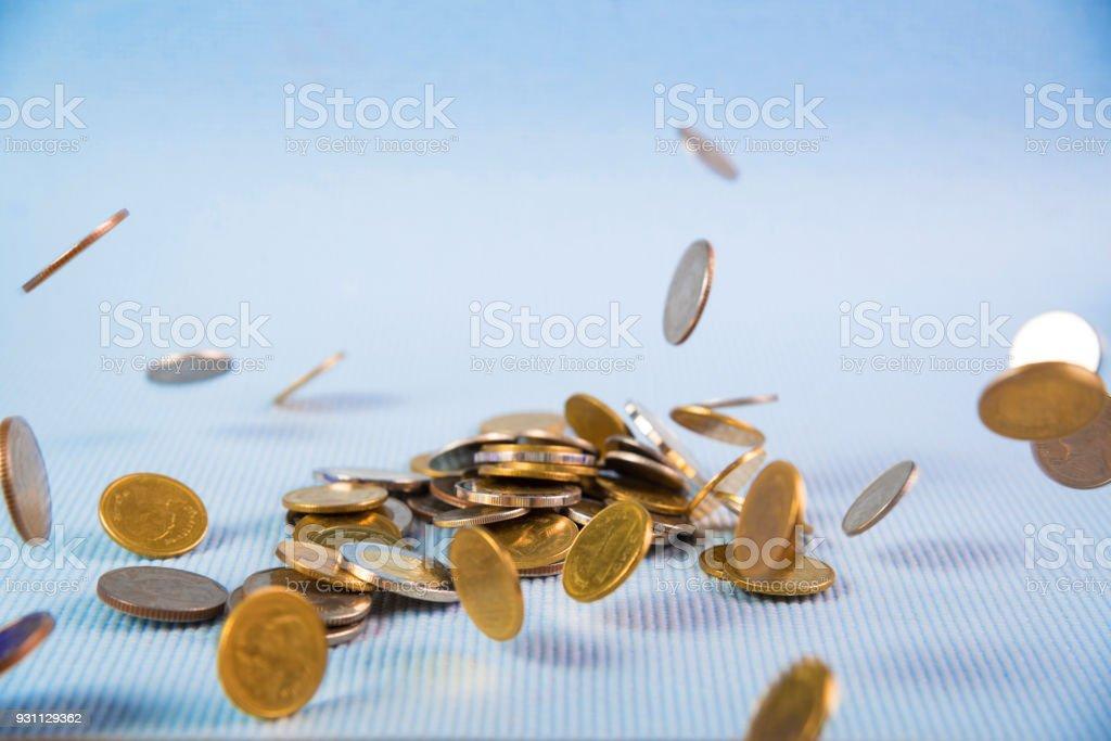 Mavi arka plan, iş servet kavramı üzerine düşen paraları para. - Royalty-free Altın - Metal Stok görsel
