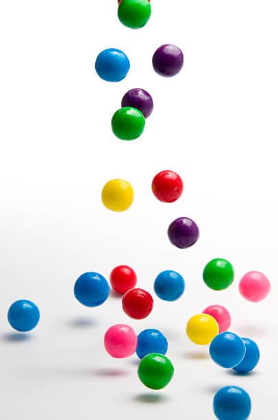 falling colorful gumballs - sakız şekerleme stok fotoğraflar ve resimler
