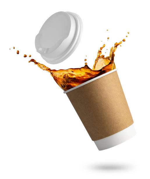 caída de la taza desechable con salpicaduras de café - foto de stock