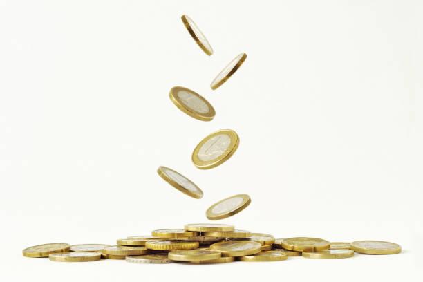 fallende euro-münzen auf weißem hintergrund - euro symbol stock-fotos und bilder