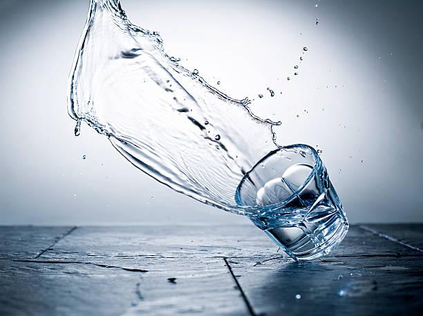 falling ガラス - spilled ストックフォトと画像