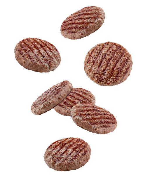 caduta carne di hamburger alla griglia isolata su sfondo bianco, percorso di ritaglio, piena profondità di campo - hamburger foto e immagini stock