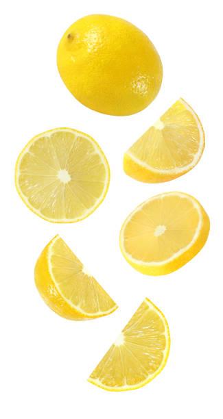 spadające, wiszące, latające całe i pół kawałka owoców cytryny wyizolowane na białym tle ze ścieżką przycinania - cytryna zdjęcia i obrazy z banku zdjęć