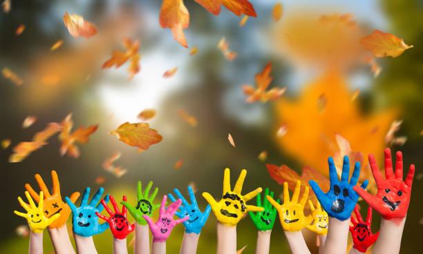 떨어지는 나뭇잎과 많은 그려진 된 아이 손가을 배경 - 주말 활동 뉴스 사진 이미지