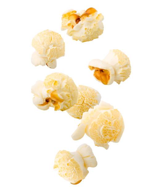 dalende popcorn, geïsoleerd op een witte achtergrond, uitknippad, volledige diepte van het veld - popcorn stockfoto's en -beelden