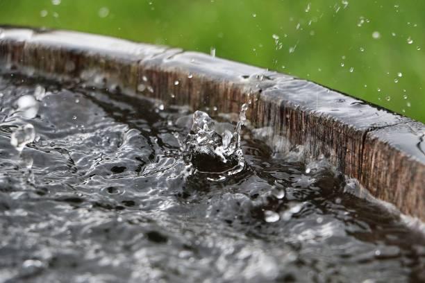 Fallen Regen in einem Fass – Foto