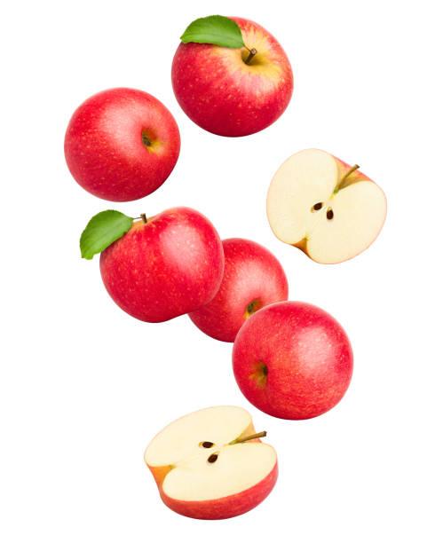 dalende rode sappige appel geïsoleerd op een witte achtergrond, uitknippad, volledige diepte van het veld - appel stockfoto's en -beelden