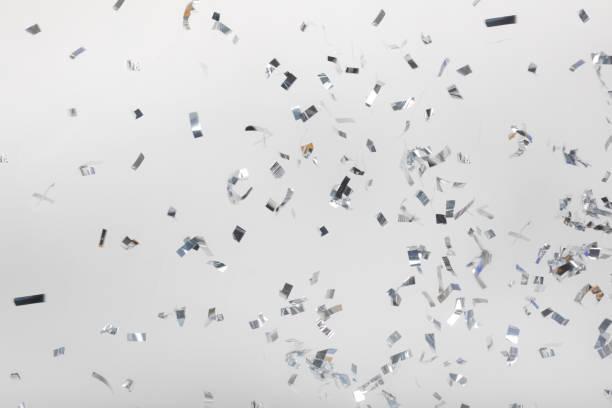 vallende zilveren confetti stukken - confetti stockfoto's en -beelden