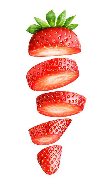 Chute de fraises en morceaux seul sur blanc - Photo