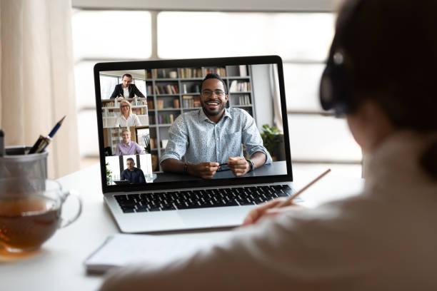 Fame Mitarbeiter haben Webcam-Konferenz mit Kollegen – Foto