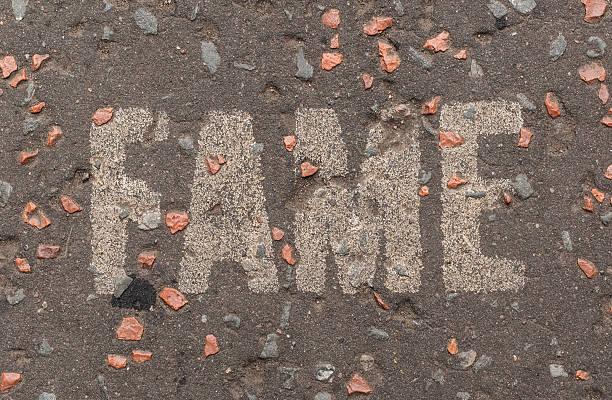 """""""fame"""" geschrieben in weißen großbuchstaben auf die a street ab. - universum city kinos stock-fotos und bilder"""