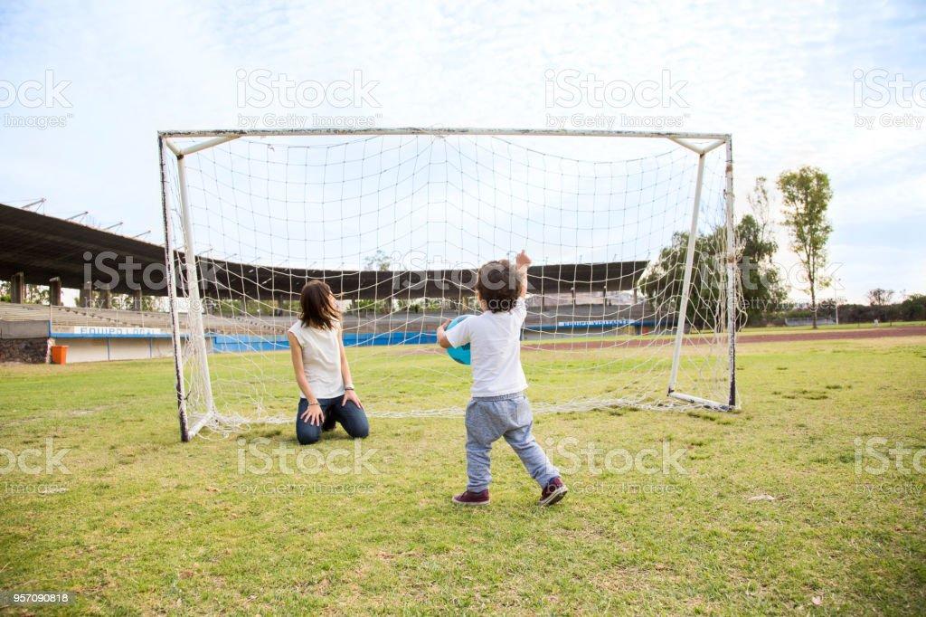 Fotografia De Familia Jugando Futbol Y Mas Banco De Imagenes De 2 3