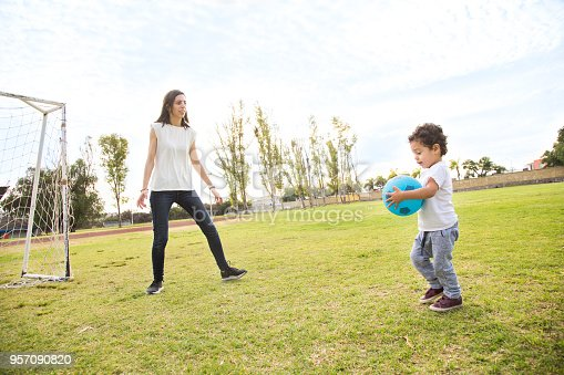 Familia Jugando Futbol Stock Photo More Pictures Of 2 3 Years Istock