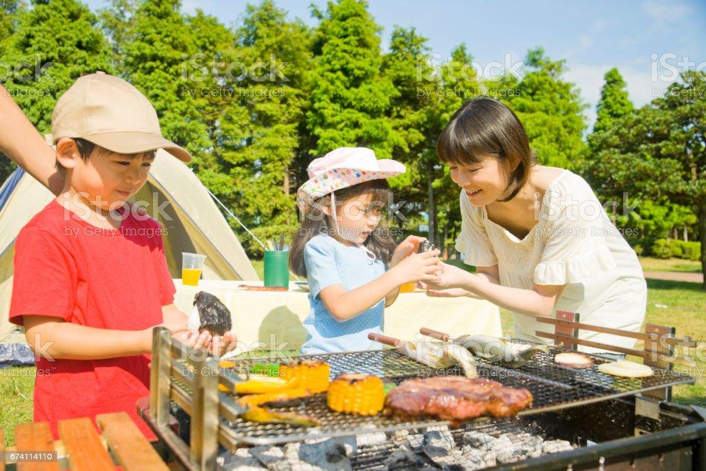 家庭享受燒烤 免版稅 stock photo
