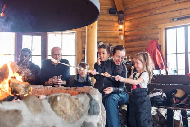 familles dans une station de ski, après-ski relaxant - station de ski photos et images de collection