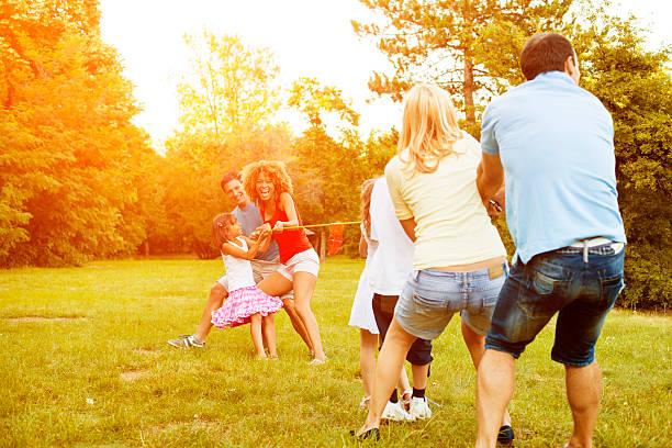 familien spielen tauziehen. - kinder picknick spiele stock-fotos und bilder