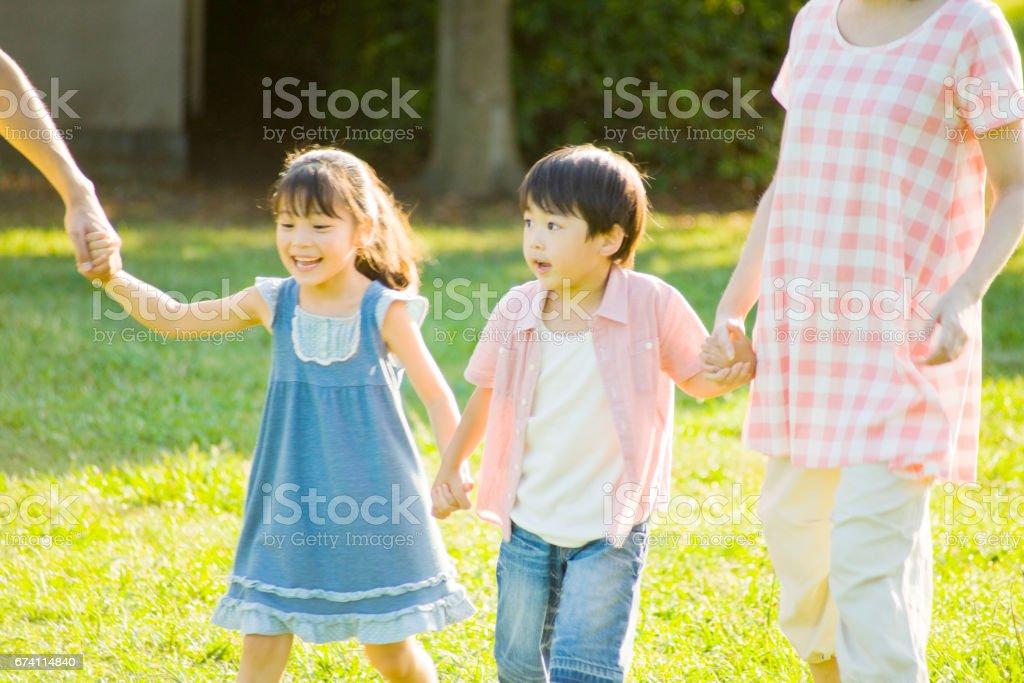 家庭逛逛公園牽手 免版稅 stock photo