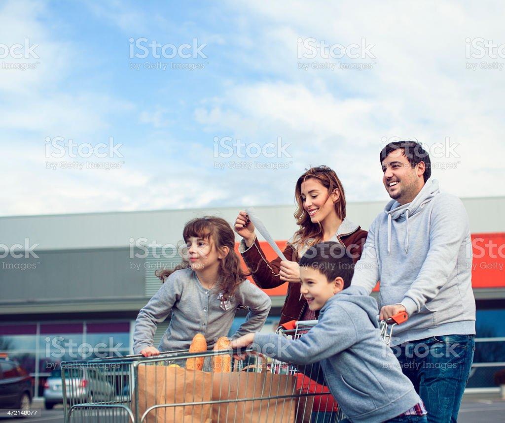 Famiglia dopo lo shopping nel parcheggio. - foto stock