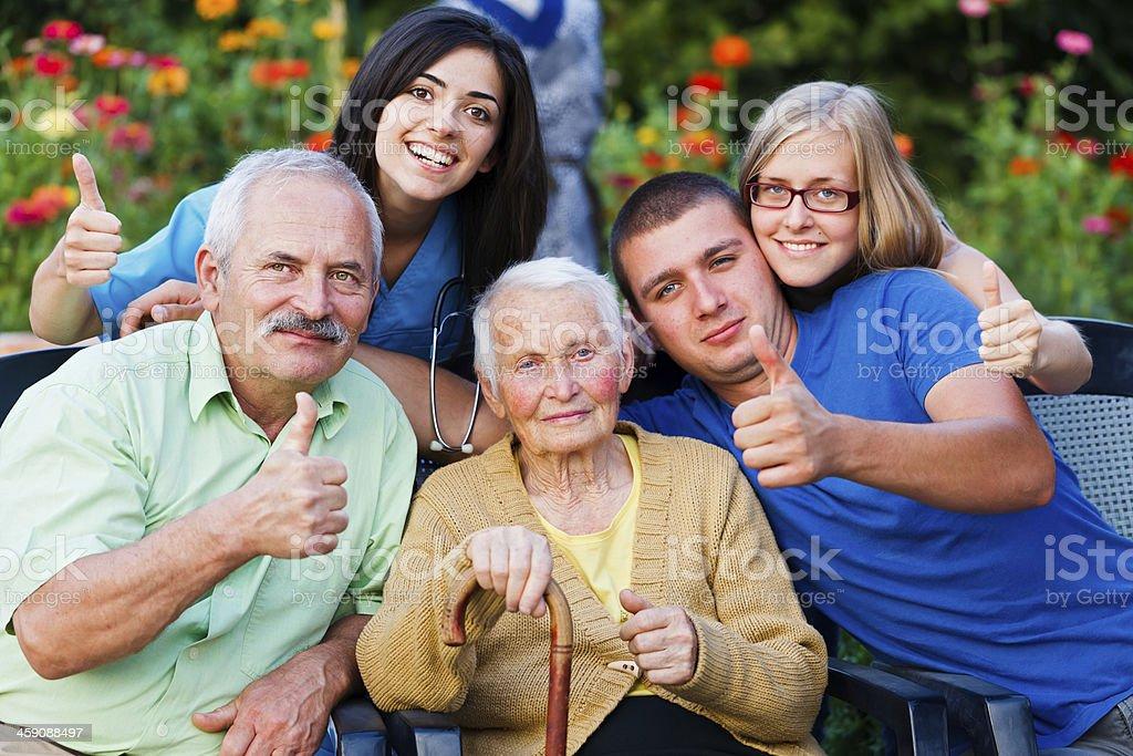 Familie und Arzt-pose mit ihren Daumen hoch – Foto