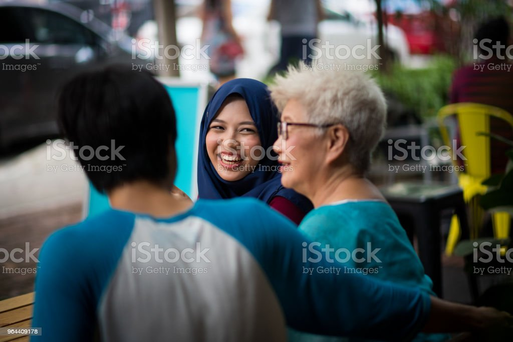 Familie en vrienden in een cafe inhaalslag - Royalty-free 20-29 jaar Stockfoto