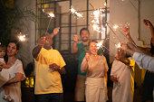 家族や友人の家で線香花火で新年のパーティーを祝う