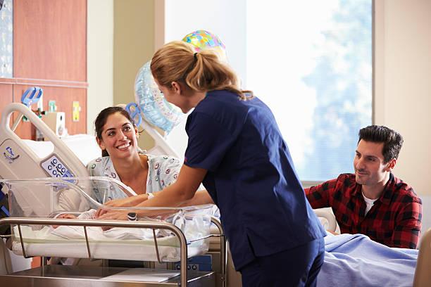 familie und krankenschwester mit neugeborenen in und nach der geburt - neugeborene krankenhaus outfits stock-fotos und bilder