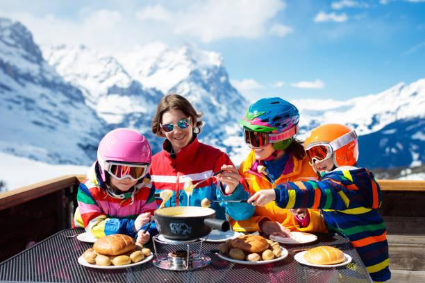 famille apres midi de ski dans les montagnes. ski plaisir. - raclette photos et images de collection