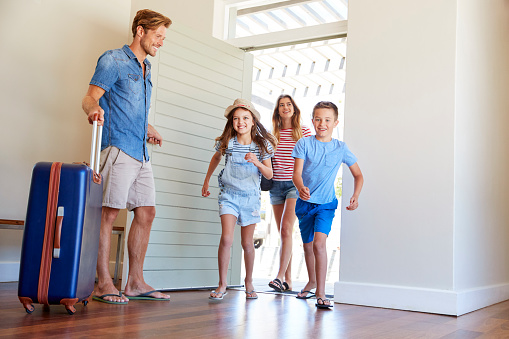 istock Family Arriving At Summer Vacation Rental 937275958