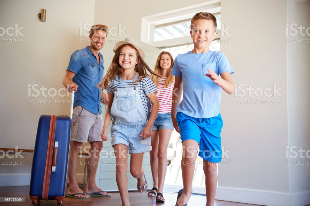 Family Arriving At Summer Vacation Rental foto stock royalty-free