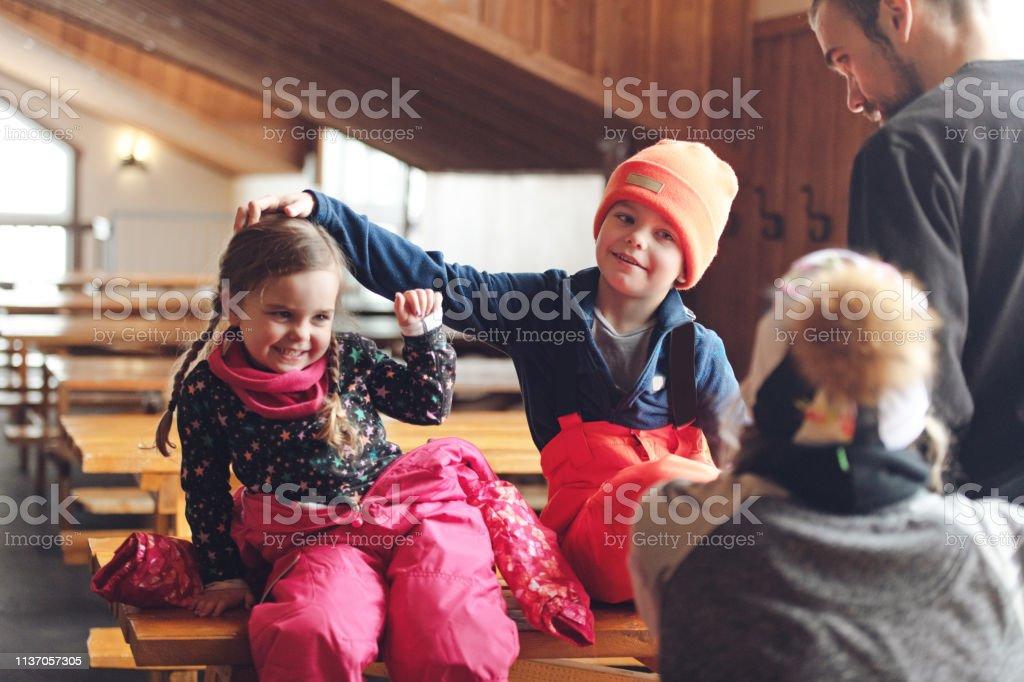 Familie im Skigebiet – Foto