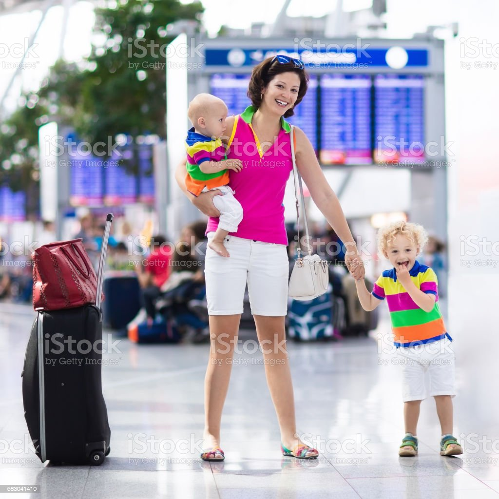 Family at airport before flight foto de stock royalty-free