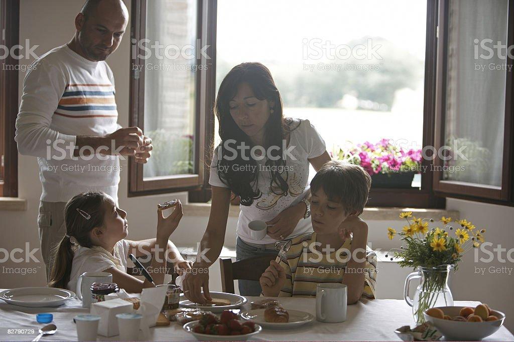 family at breakfast table royaltyfri bildbanksbilder