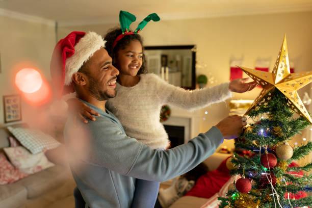 Familie zu Hause zur Weihnachtszeit – Foto