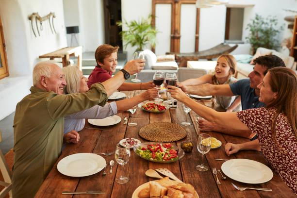 Familie zu Hause essen zusammen und feiern. – Foto