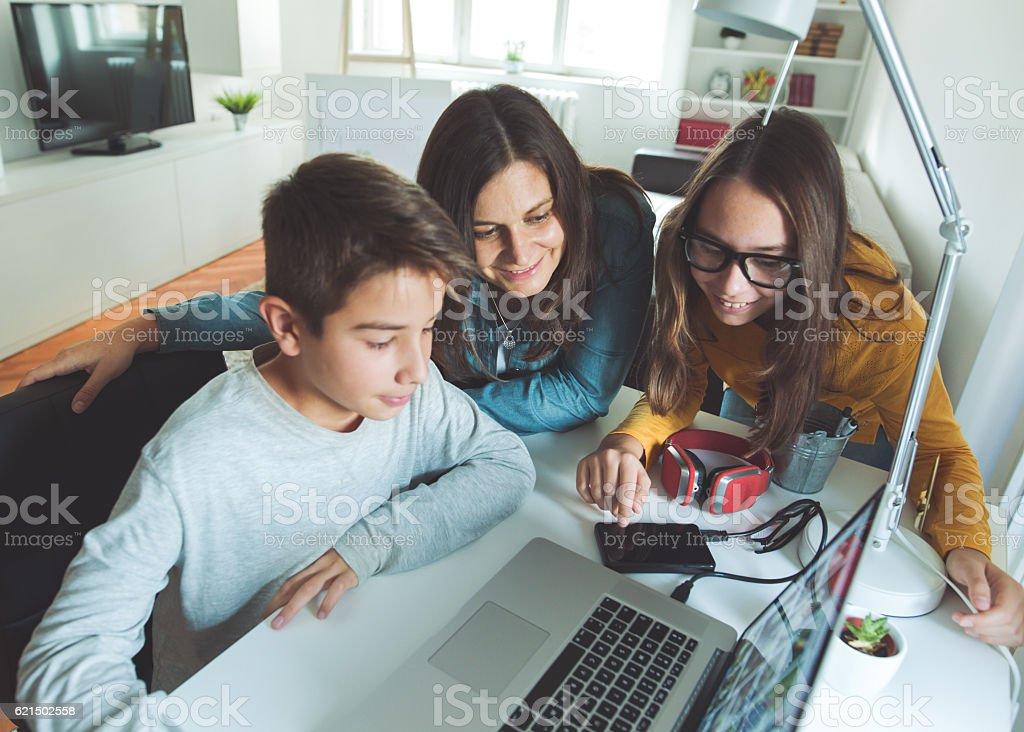 Familie wie zu Hause fühlen.   Lizenzfreies stock-foto