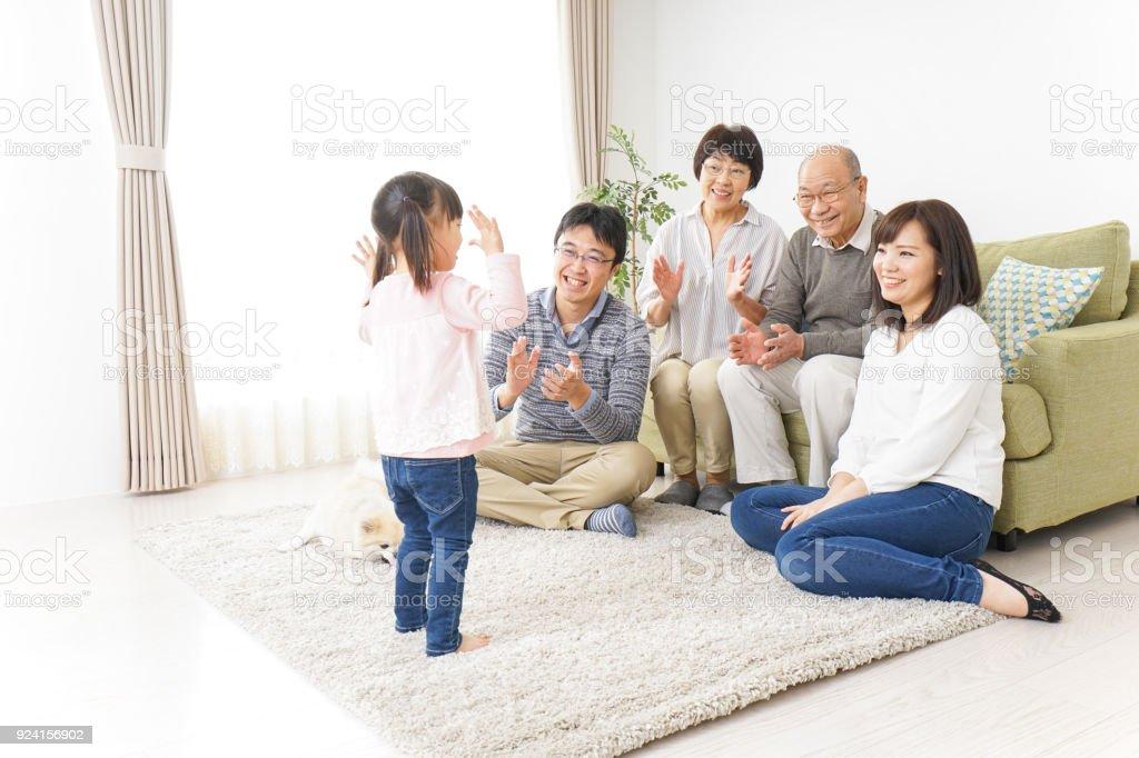 ご自宅のご家族  - アジアおよびインド民族のロイヤリティフリーストックフォト