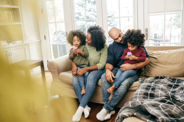 Familie zu Hause mit zwei Kindern – Foto