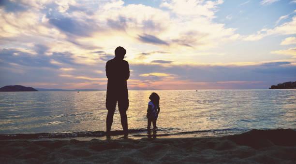 Familie bei Sonnenuntergang am Meer – Foto