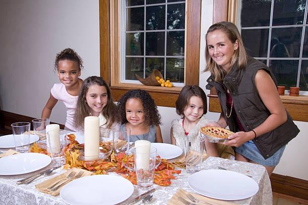 familie an thanksgiving - kinderzimmer tischleuchten stock-fotos und bilder