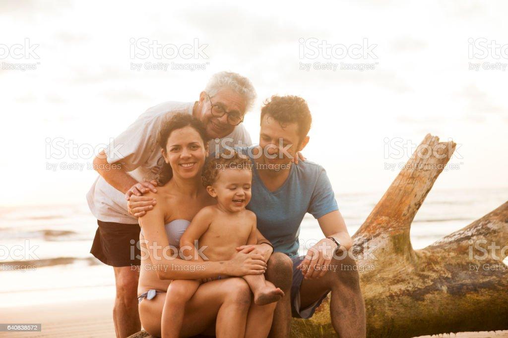 Familia en la playa - foto de stock