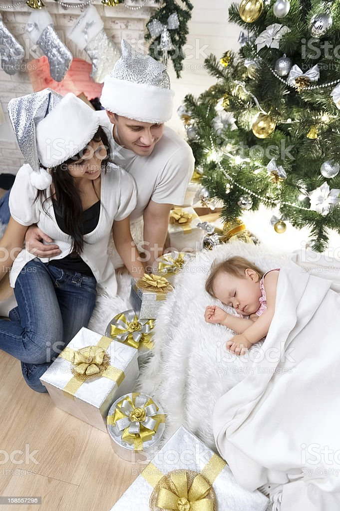 가족이 크리스마스 트리 royalty-free 스톡 사진