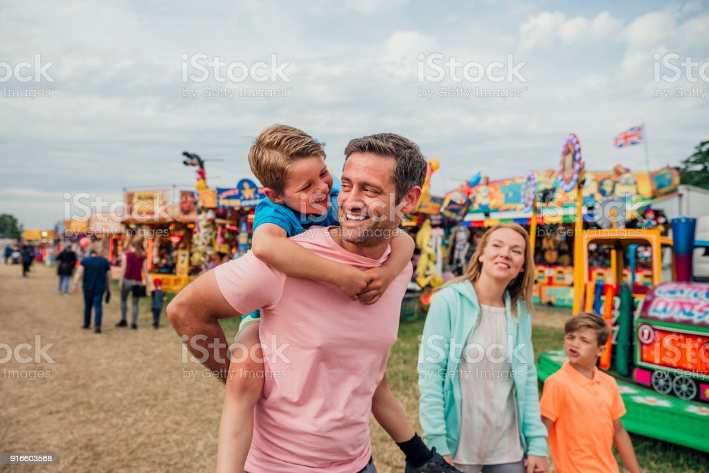 Famille à la fête foraine - Photo