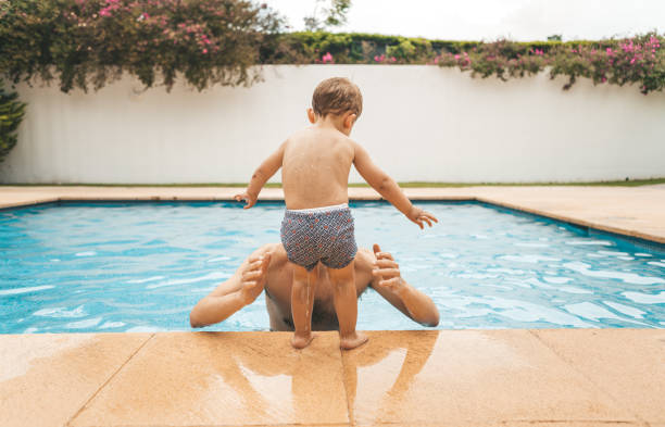Familie im pool – Foto
